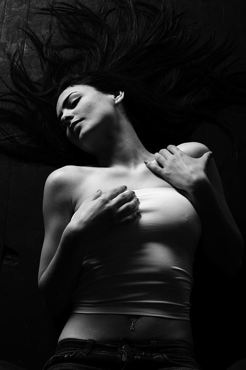 Si ella ama improvisar... sus juegos sexuales preferidos serán: - sexologos online